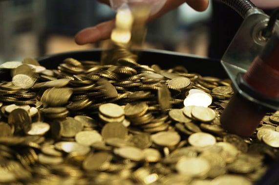 Automatisoitu rahankäsittely vähentää inhimillisiä virheitä laskennassa.